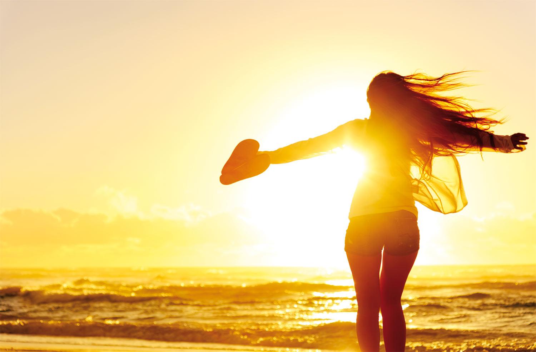 Девушка танцует на пляже — 1