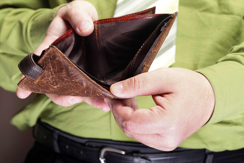 Ilustrasi orang yang mengeluarkan uang terlalu banyak (Foto: Complete Wellbeing)