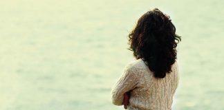 Woman loodking sea