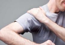 frozen shoulder, man with pain in shoulder